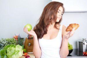 Девушка соблюдает диету при повышенном сахаре в крови
