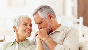 Пожилая женщина с нормальным содержанием уровня сахара в крови