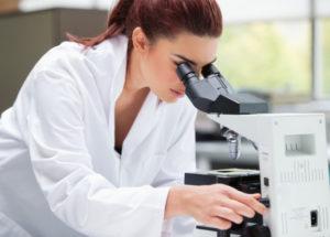 Врач изучает анализ крови на сахар
