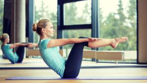 Девушка снижает уровень сахара при помощи физических упражнений