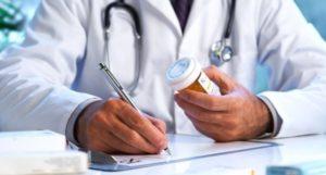 Врач выписывает препараты железа при низком гемоглобине у взрослых