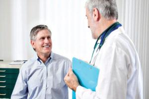 Мужчина консультируется с врачом о нормах холестерина для своего возраста